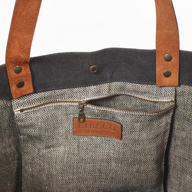 Inuti väskan finns en ficka i fodret som stängs med blixtlås.