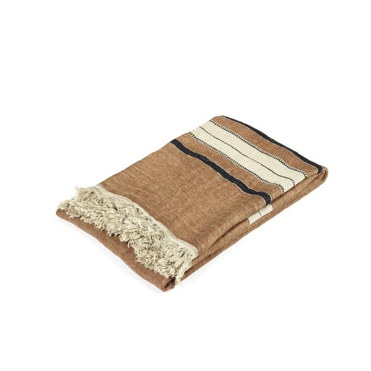 Handduken har en kopparfärgad satinväv som ger lyster, ränder i svart och benvitt bryter av. Ändarna avslutas med en linnefärgad frans.