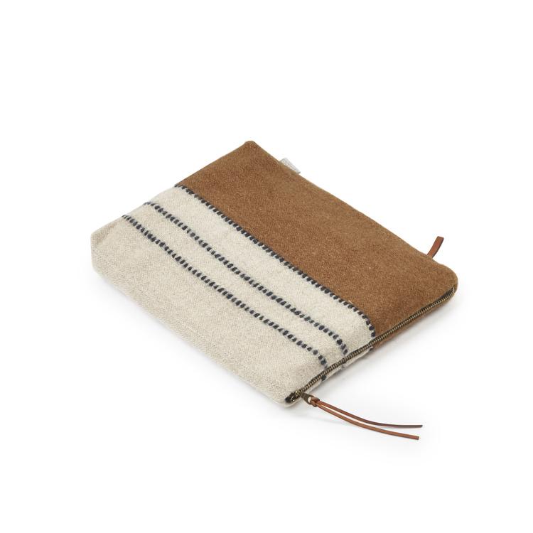 Carryall i kamelbrun och naturvit lin-ylle-mix med tunna ränder i svartvitt, dragkedja i guld samt detaljer i läder.