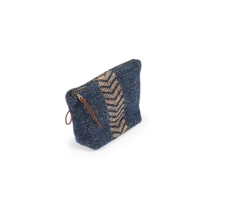 Ulliga mini-necessären Jules med blå botten och rostfärgad fiskbensrand. Dragkedja i guldmetall samt ögla och dragstropp i läder.