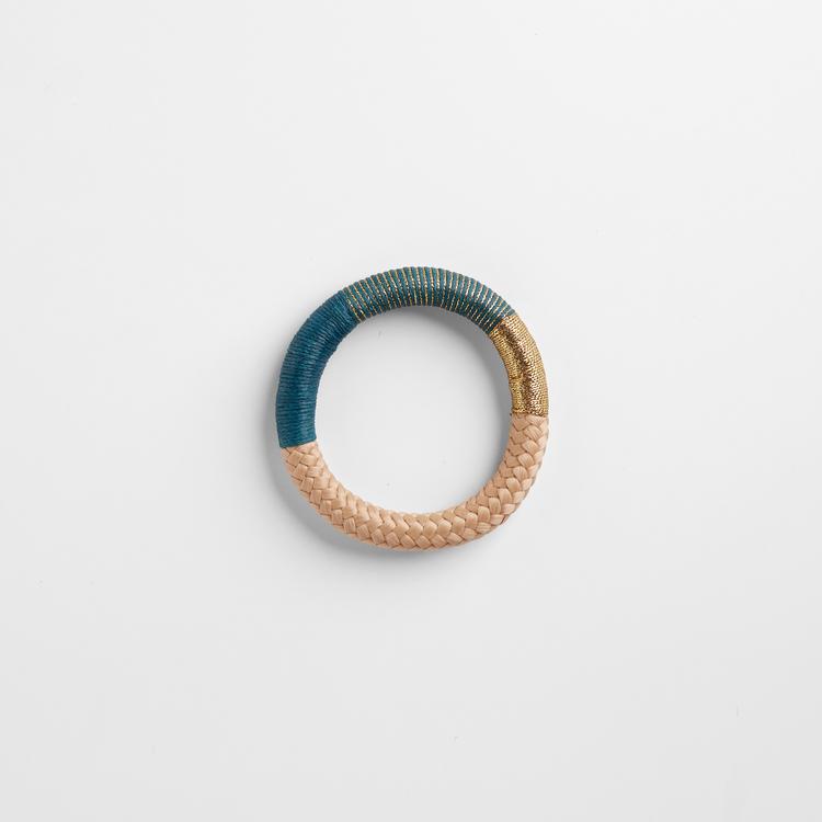 Armband av beige rep, i partier virat med guldlurex och turkos bomullstråd.