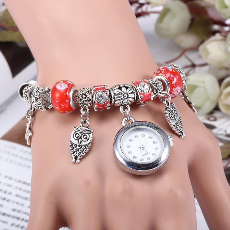 Röda charm armband med klocka