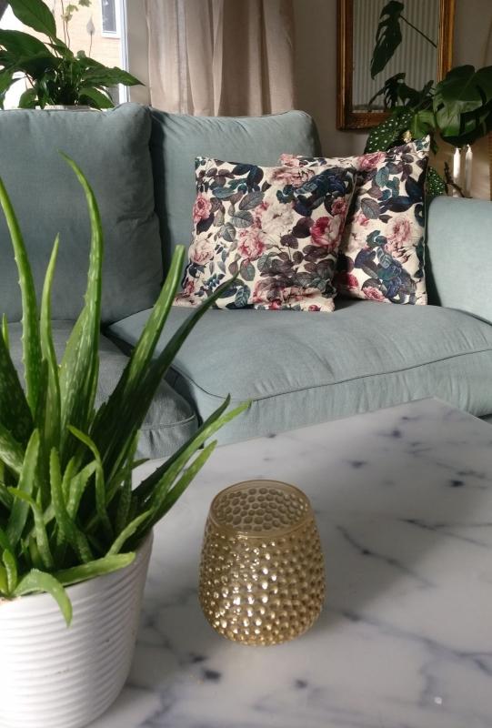 Kuddar i mintgrön soffa