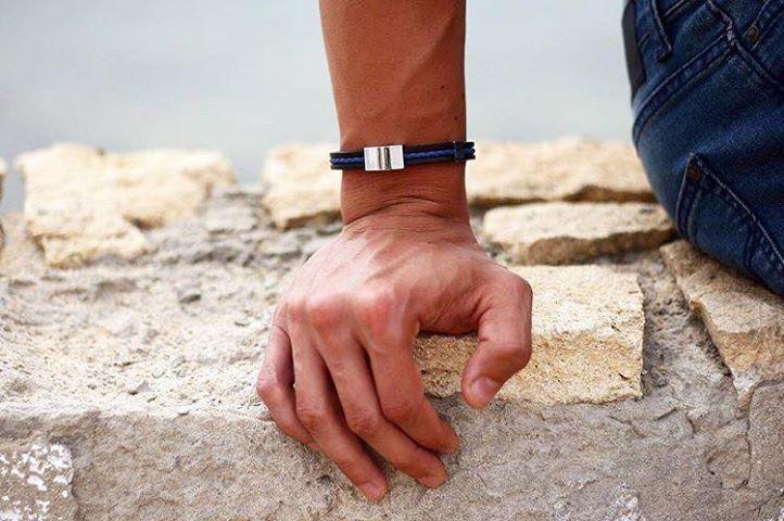 armband i blått läder, svart gummi och stål so sweden