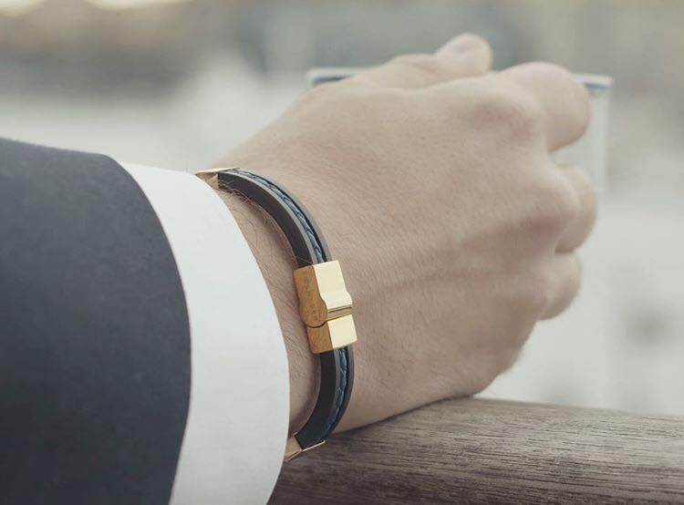 exklusivt armband so sweden svart gummi, läder och guld
