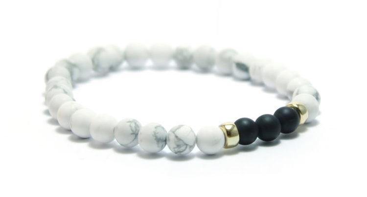 smycken armband med vita och svarta stenar