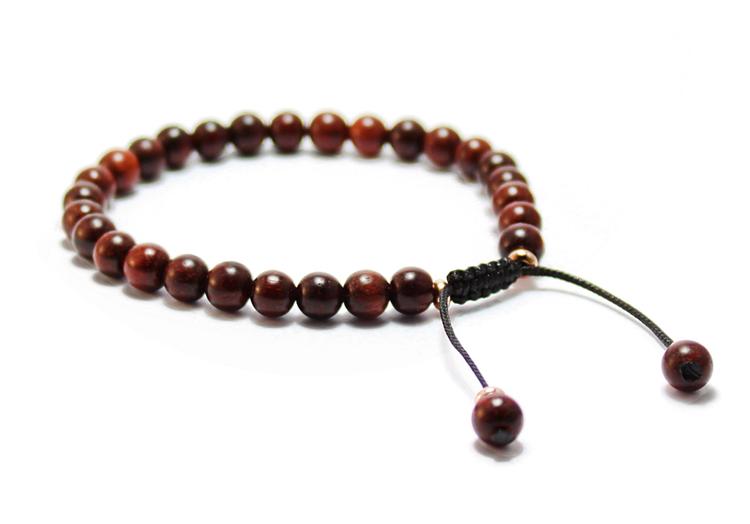 smycken armband med träpärlor