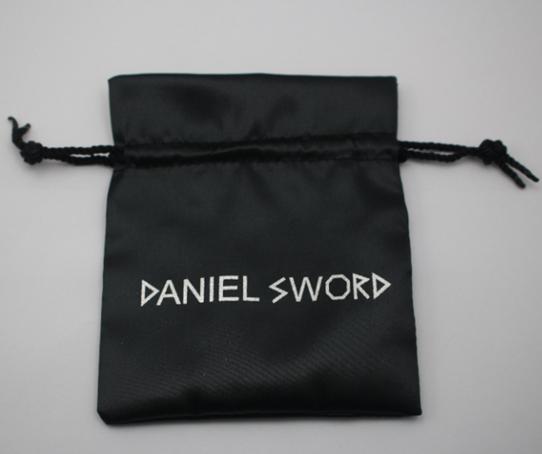 svart presentpåse daniel sword