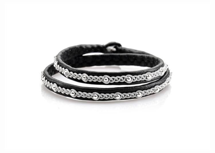 dubbelt svart tennarmband med silverpärlor nordic jewelry design