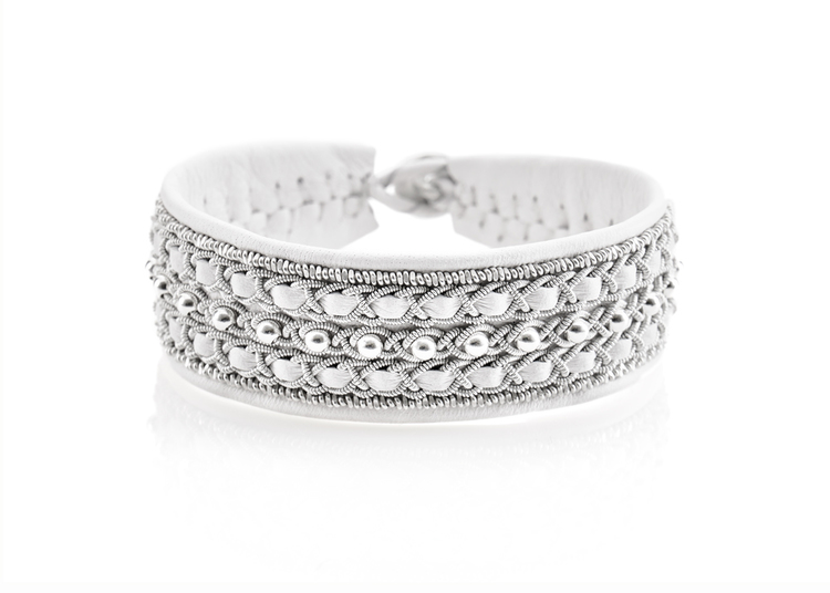vitt tennarmband med silverpärlor nordic jewelry design