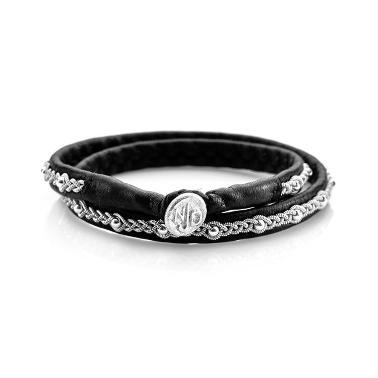 dubbelt svart tennarmband med silverpärlor och handgjuten tennknapp