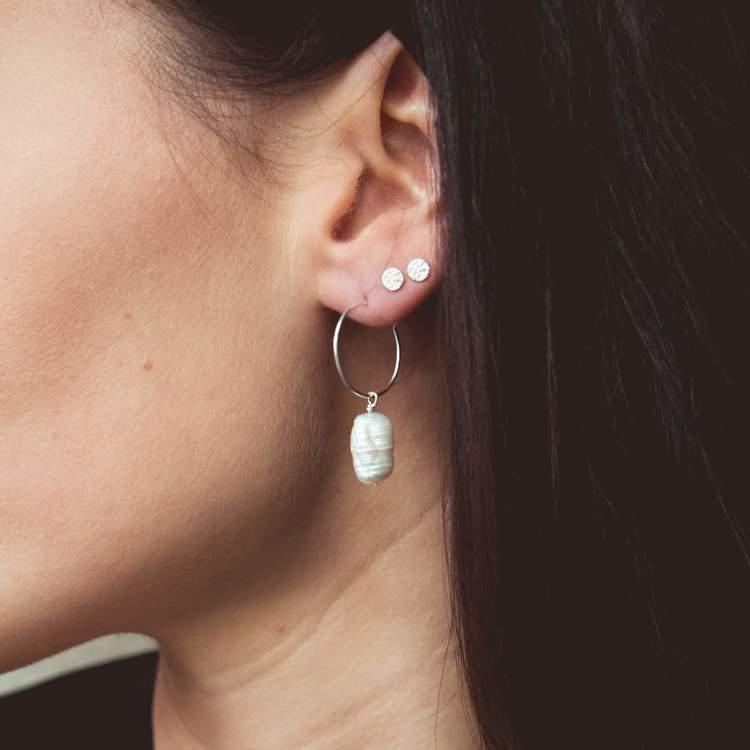 Silverrhängen med droppliknande pärla anita june