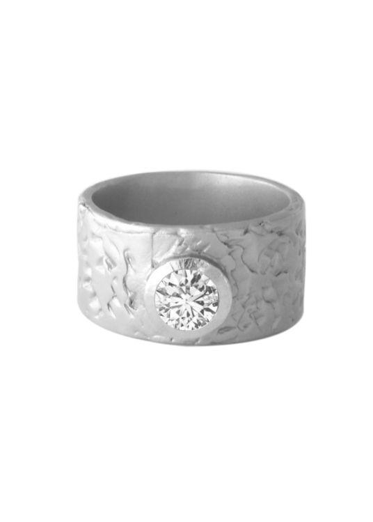 Med sin magnifika, sagolikt vackra safir som center blir den en ring likt inga andra. Silvrets matta och karga yta skapar en härlig kontrast mot den gnistrande stenen.