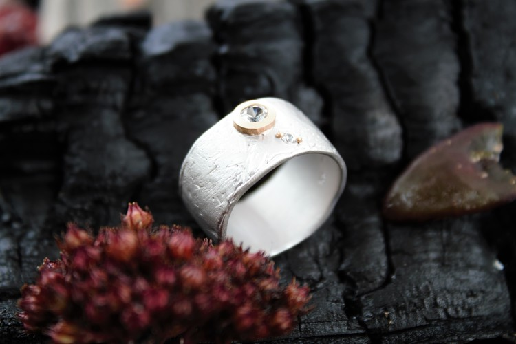 Ringens band är gjort i gediget silver med ett vackert mönster. Det som gör den här ringen till en riktig dröm är de två strålande vita safirerna.