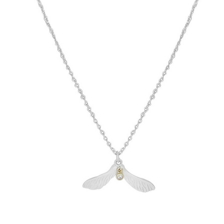 Dazzle Maple Nose Halsband från Lotta Jewellery är gjort i 925 sterling silver. Halsbandet är dekorerat med en vacker vit safir och detaljer i 14 k guld.