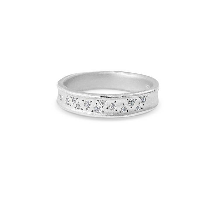 Den består av hela 12 diamanter i två olika storlekar som glittrar och lyser alldeles magnifikt.
