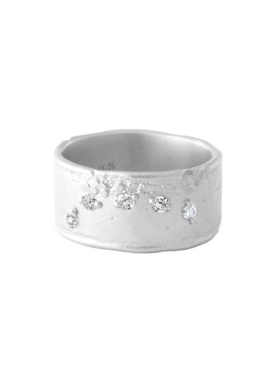 Fem diamanter är strösslade över ytan, och gör ringen underbart charmerande.