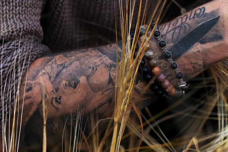 De svarta stenarna på bilderna heter onyx och skapar tillsammans ett unikt och stilrent armband.