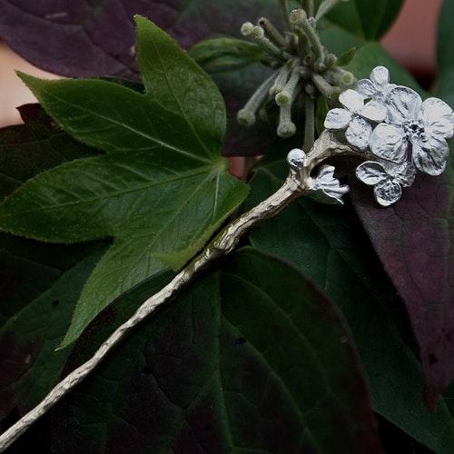 Hårpin/brosch i silver och guld