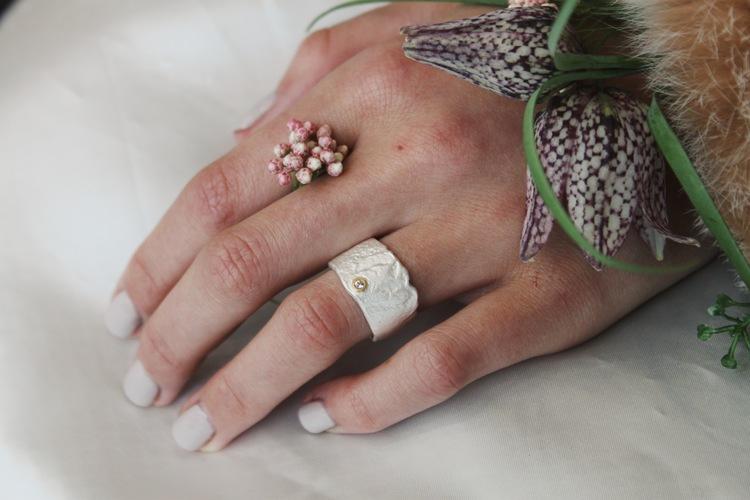 Dess yta är matt och härligt rustik. Ringen ger ett mjukt och harmoniskt intryck. Safiren, innefattad i gult guld, tar designen ett steg längre och gör ringen komplett.