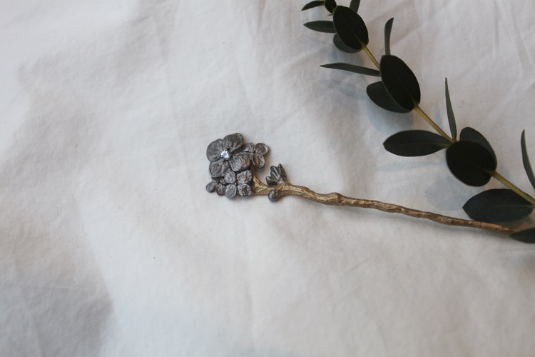 Hårpin/brosch i brons och guld