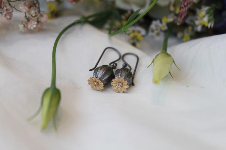 Poppy Earrings från Lotta Jewellery är tillverkade i brons och dekorerade med 14 k matt guld och glittrande vita safirer.