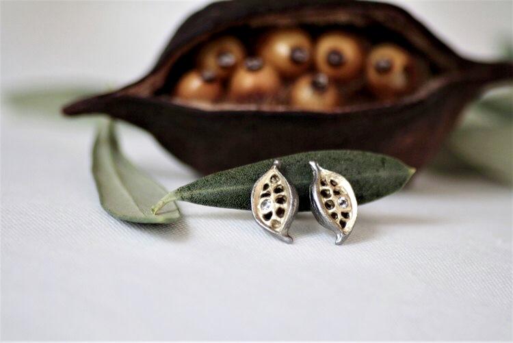 Bronsörhängen med livets frukt inne i den vackra frökapseln. Unika örhängen med frukterna i 14k guld dubblé och vita gnistrande safirer som detaljer.