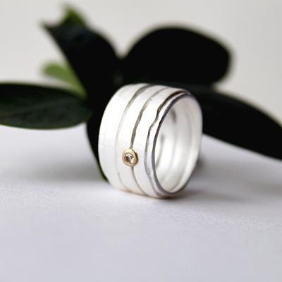 Diamanten, innefattad i gult guld, tar designen ett steg längre och gör ringen komplett.