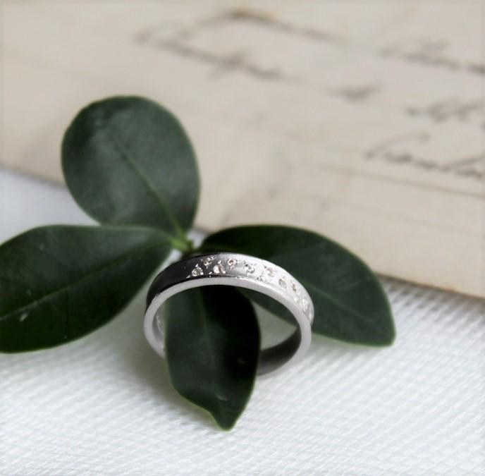 De 12 triangelformade glittrande safirerna gör det till en enastående ring.  En fantastisk ring som fungerar perfekt både som en enda ring, i kombination med andra eller som en förlovningsring.
