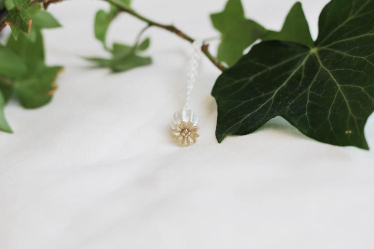 Poppy Seed halsbandet från Lotta Jewellery är ett underbart halsband i silver med detaljer i 14 k guld- och vita safirer. Den justerbara kedjan gör att halsbandet kan bäras i olika längder och det är