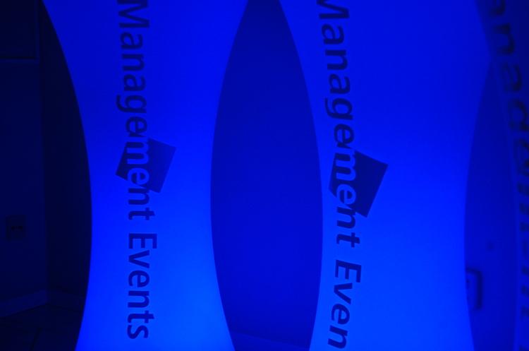 Hyr LED möbler med er företagslogotyp