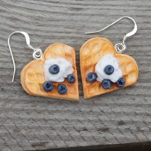 Ett Örhänge våfflor med vispad grädde och blåbär