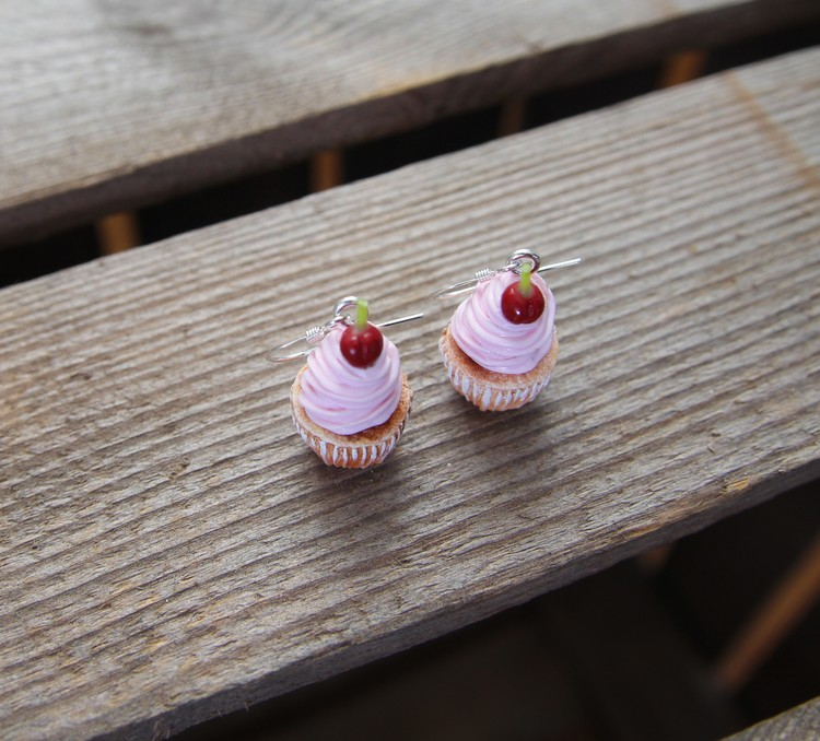 Ett Örhänge, rosa cupcakes med körsbär