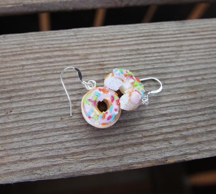 Ett Örhänge, donuts med rosa glasyr och strössel