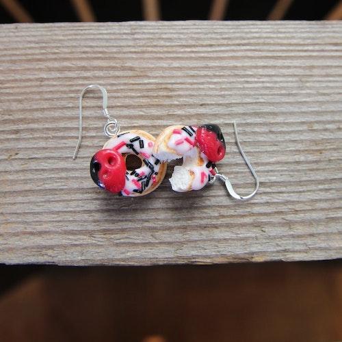 Ett Örhänge, donuts med hallon/lakritsskalle