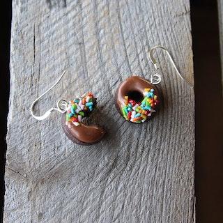Örhängen, chokladdonuts med chokladglasyr och strössel
