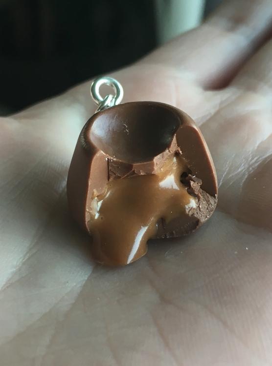 Halsbandshänge, choklad med kolasås