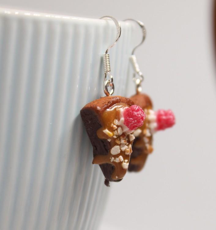 Örhängen, kladdkakor med smarrig kolasås, hackade nötter och hallon.