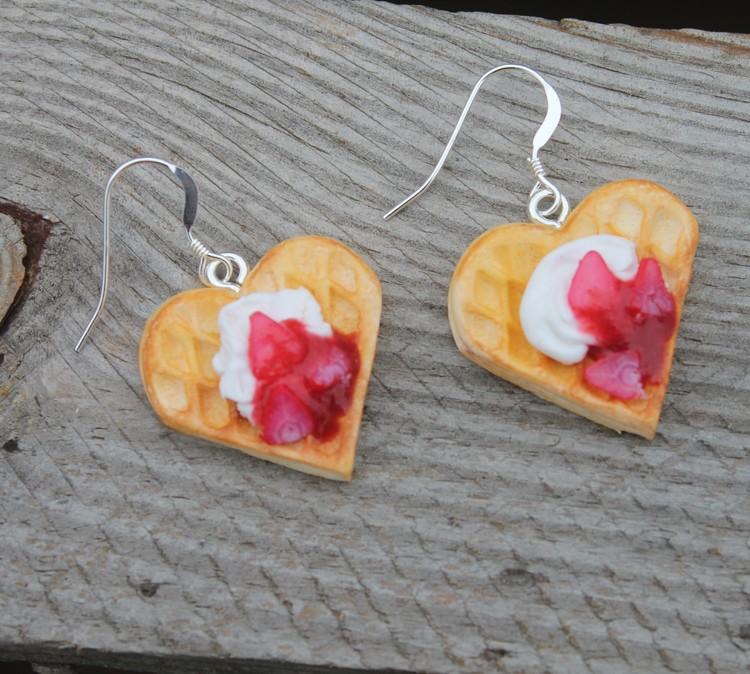 Örhängen, våfflor med jordgubbssylt och grädde