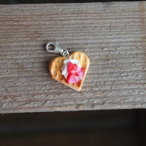 Halsbandshänge våffla med vispad grädde, jordgubbssylt och skivade jordgubbar