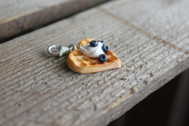 Halsbandshänge våffla med vispad grädde och blåbär
