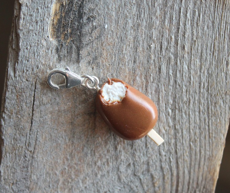 Halsbandshänge, chokladdoppad vaniljglass