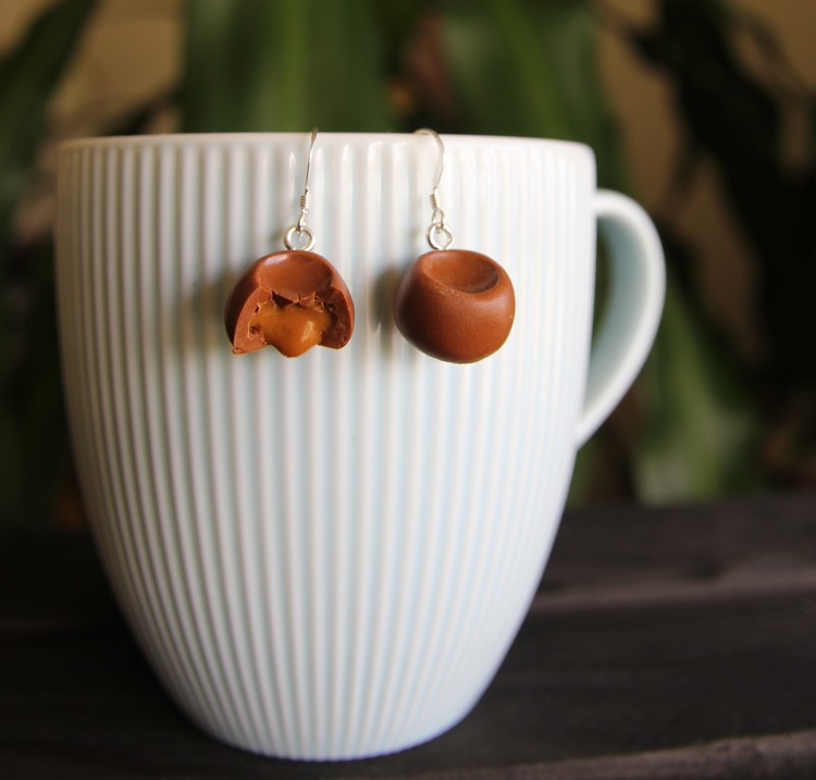 Örhängen, choklad med kolasås