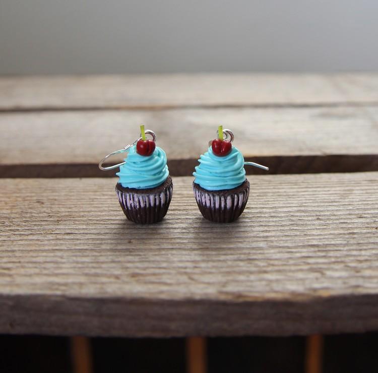 Örhängen, chokladcupcakes med turkos frosting och körsbär.