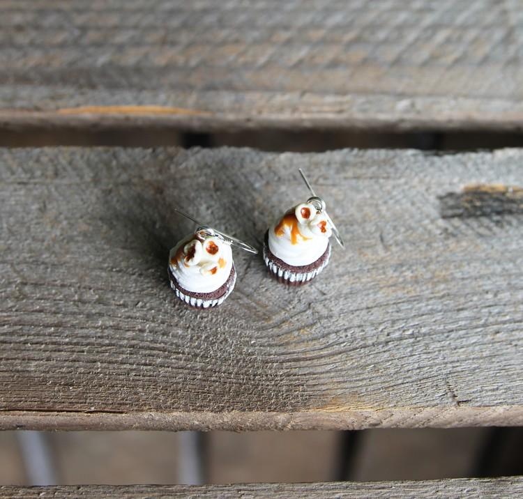 Örhängen, chokladcupcakes med popcorn