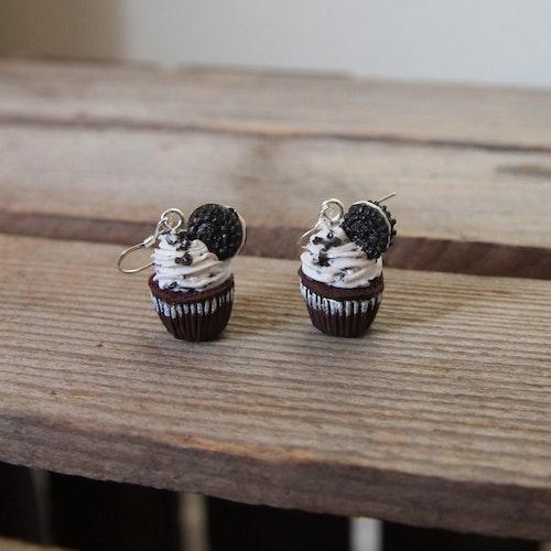 Örhängen, chokladcupcakes med en oreo