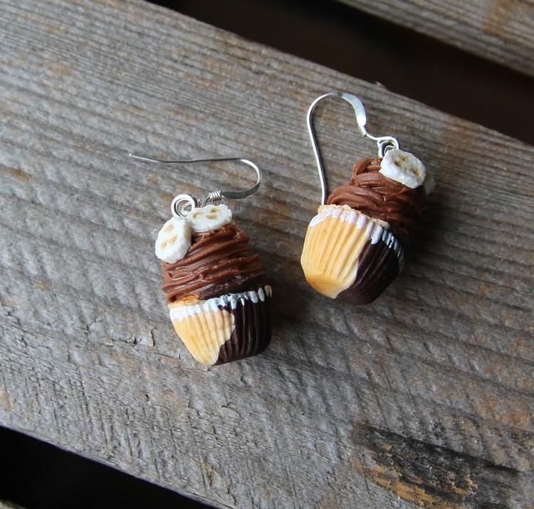 Örhängen, banan och chokladcupcakes