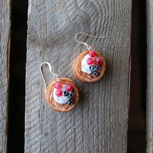 Örhängen, pannkakor med hallon och blåbär