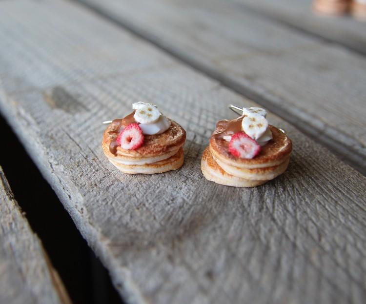 Örhängen, pannkakor med hasselnötskräm, banan och jordgubbsskiva