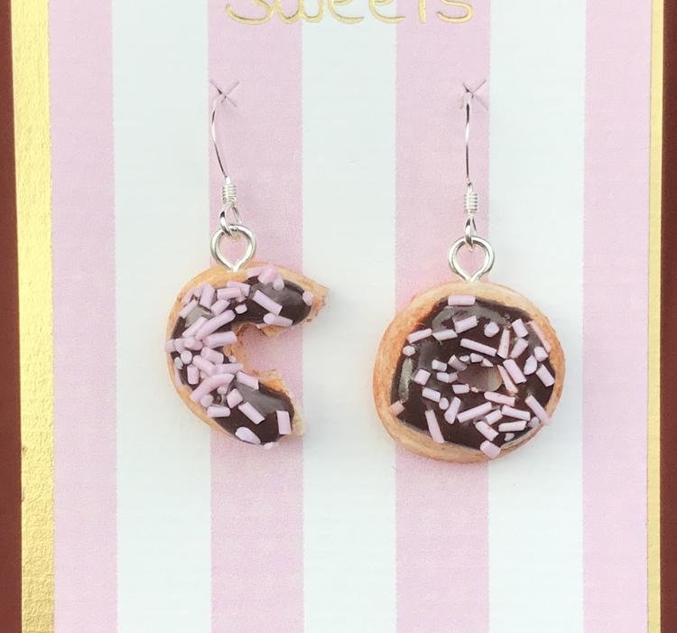 Örhängen, donuts med chokladglasyr och rosa strössel